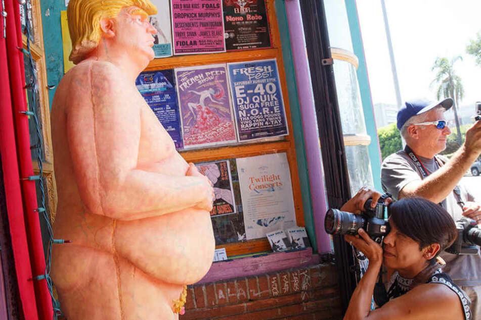Donald Trump steht nackt in fünf US-Stäten.