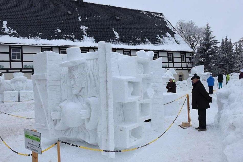 Aus riesigen Schneequadern schnitzten Künstler Erstaunliches aus dem Schnee. Ein Blickfang für Besucher und Neugierige.