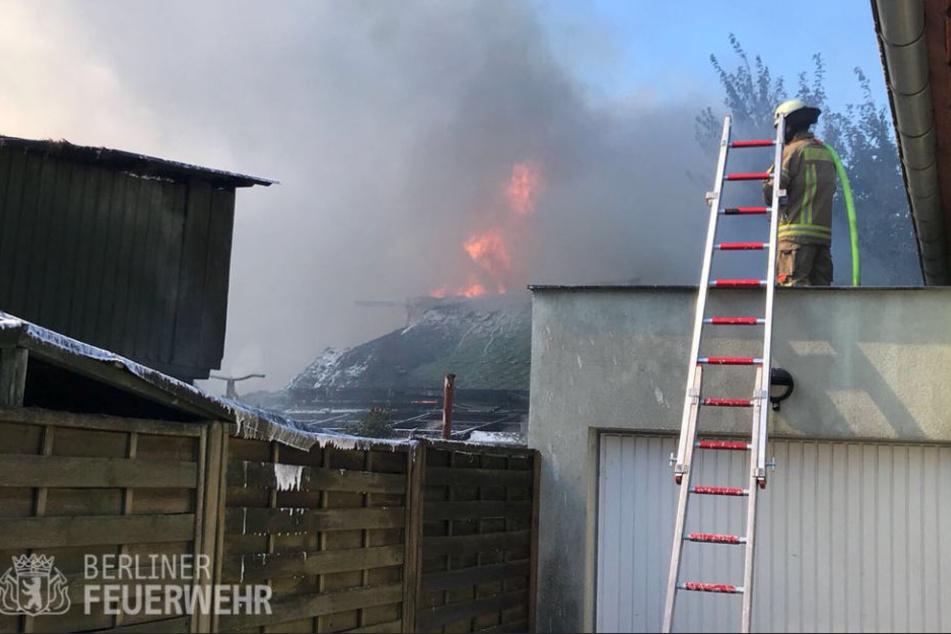 Die Feuerwehr konnte den Brand von den umliegenden Gebäuden fern halten.