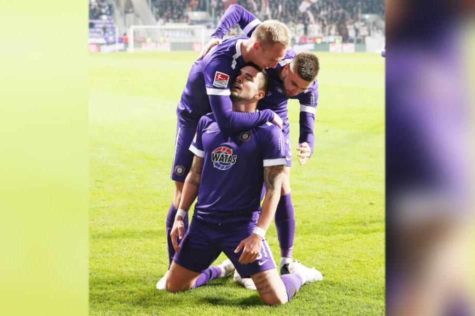 22. November 2019: Pascal Testroet rutschte nach seinem Treffer zum 3:1 gegen St. Pauli erleichtert auf Knien. Er wurde von Florian Krüger (l.) und Marko Mihojevic (H.) beglückwünscht. Es war der bis dato sein Treffer.