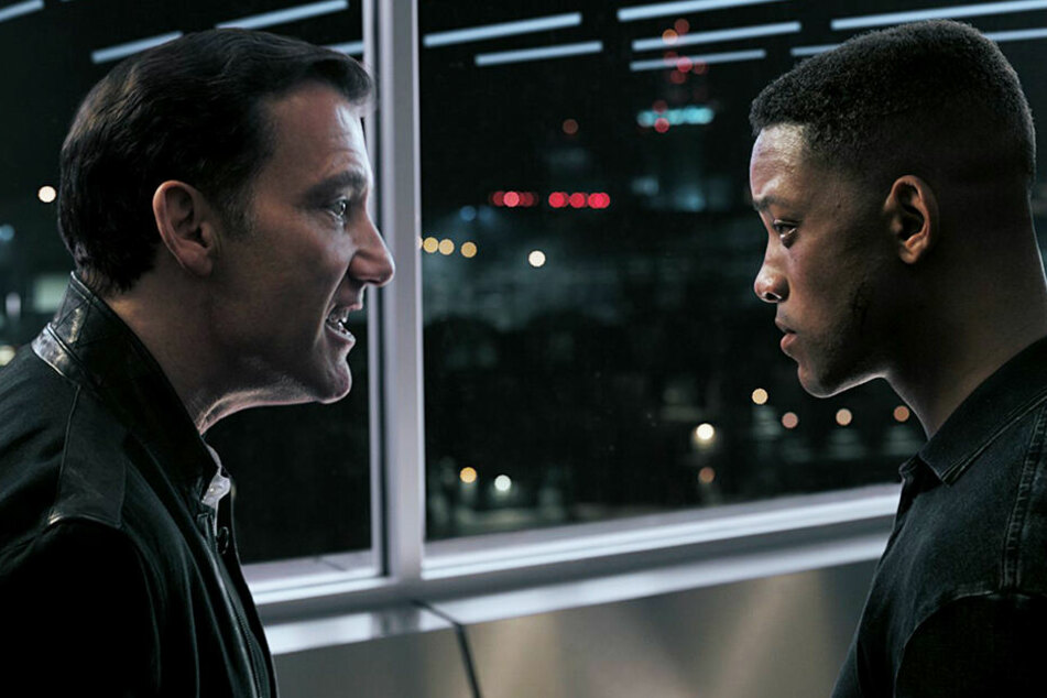 Clay Verris (Clive Owen) spricht mit dem Klon (r. Will Smith) von Henry Brogan.