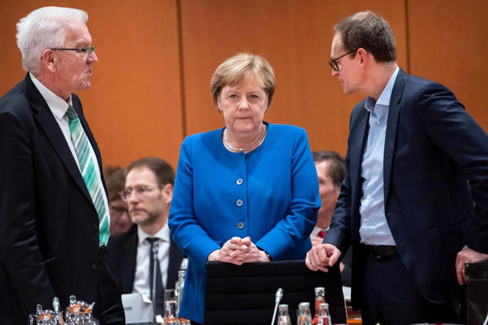 Winfried Kretschmann (l-r, Grüne), Ministerpräsident von Baden-Württemberg, Bundeskanzlerin Angela Merkel (CDU) und Michael Müller (SPD), Regierender Bürgermeister von Berlin.