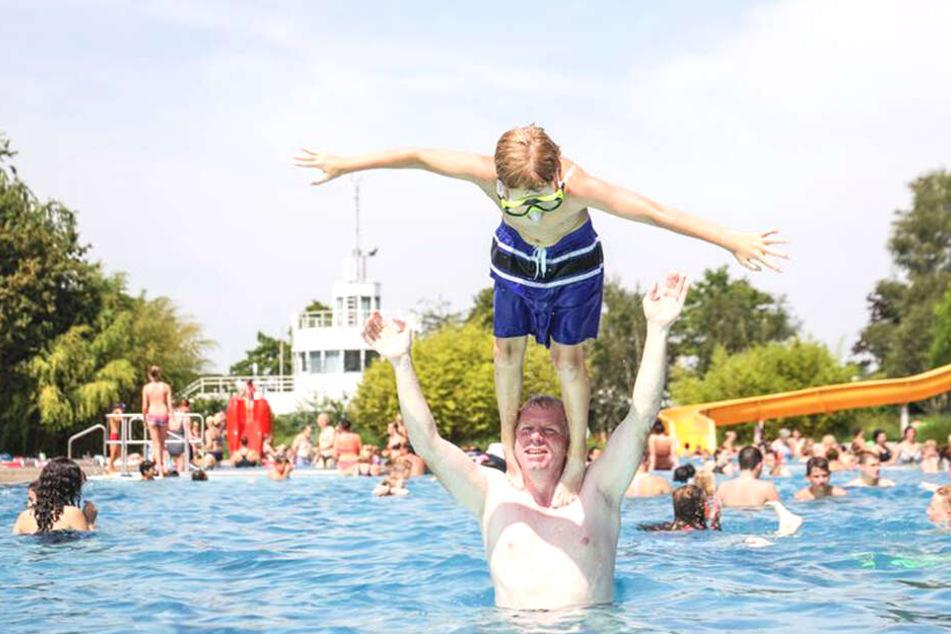 Badespaß von Vater Martin und seinem Sohn Max in einem Lingener Schwimmbad.