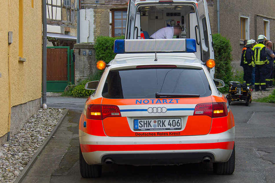 In Milda stürzte ein Mann bei Dachdeckeratrbeiten vom Dach eines Hauses.