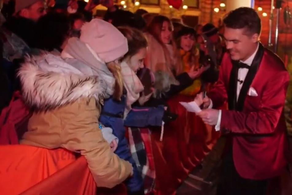 Video-Reporter Tom (re) vor der Oper. Aber wie weit schafft er es mit seinem Vorhaben?