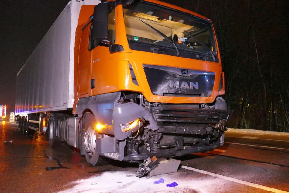 Auf der Bundesstraße 22 sind in Bayern ein Lastwagen und ein Auto zusammengestoßen.