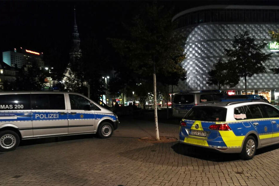 Mit etwa 15 Einsatzfahrzeugen ist die Polizei derzeit vor Ort.