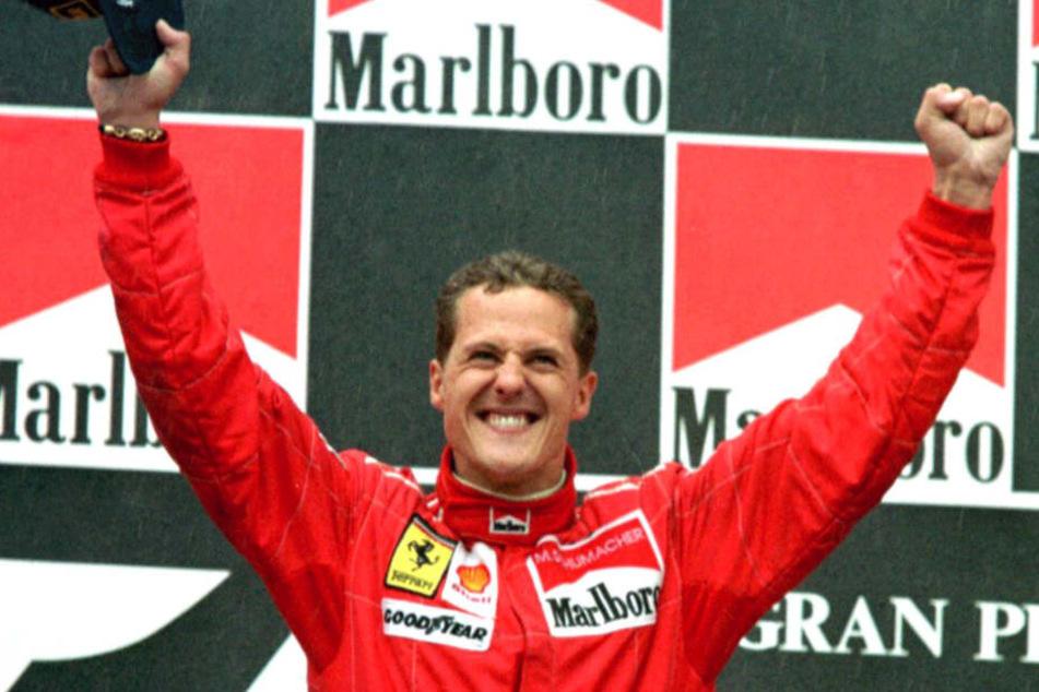 1996: Der damalige Formel 1-Weltmeister Michael Schumacher jubelt auf dem Podium nach seinem Sieg für Ferrari beim Großen Preis von Spanien.