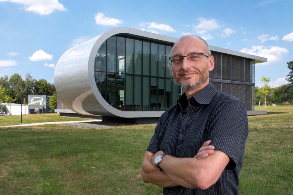 Wichtige Forschung: Dr. Thomas Löffler vor dem Projekthaus Meteor.