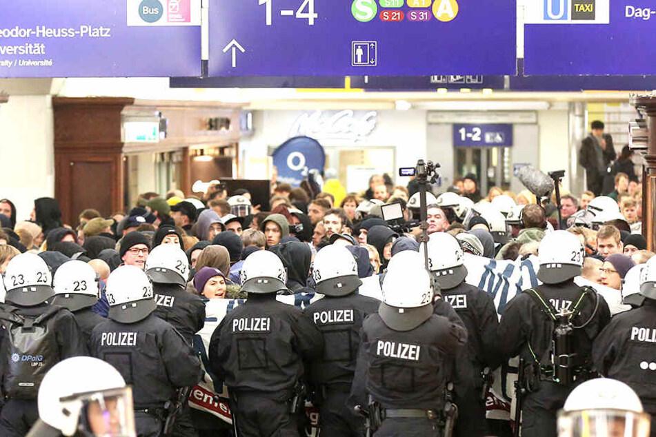 Die Polizei musste Gegendemonstranten aus dem Bahnhof Dammtor drängen.