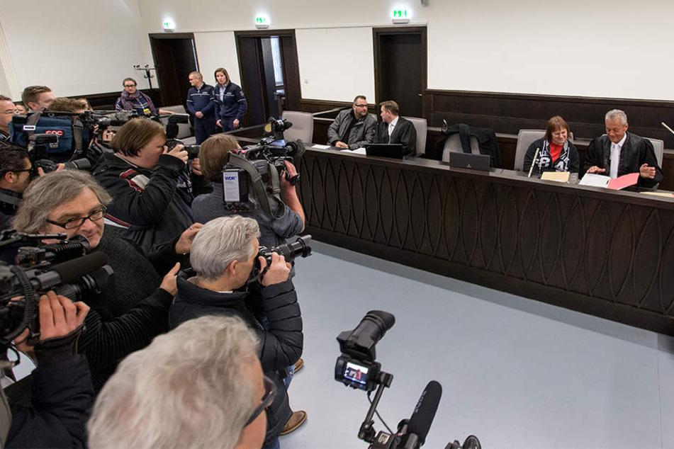 Der Prozess steht im Fokus der Medien. Rechts sitzt die Angeklagte Angelika W. mit ihrem Anwalt Peter Wüller.
