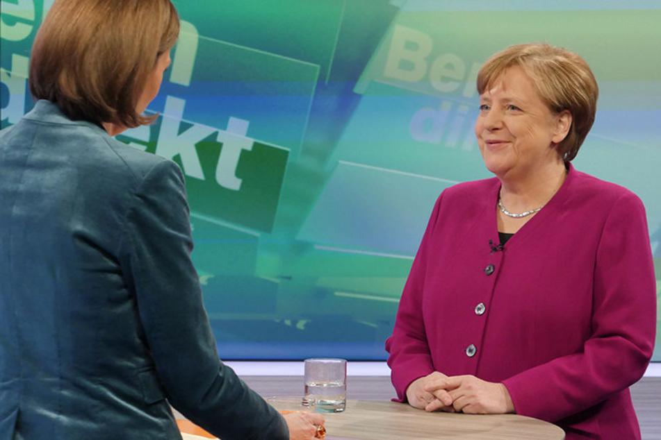 """Die CDU-Vorsitzende und Bundeskanzlerin Angela Merkel (r) beantwortet in der ZDF-Sendung """"Berlin direkt"""" die Fragen von Bettina Schausten, Leiterin des ZDF-Hauptstadtstudios."""