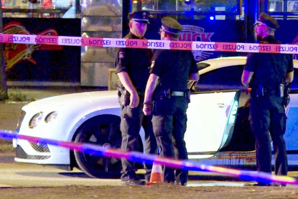 Polizisten sichern den Tatort: In diesem Bentley saß Dariusch F., als er Ende August 2018 auf dem Hamburger Kiez angeschossen wurde.