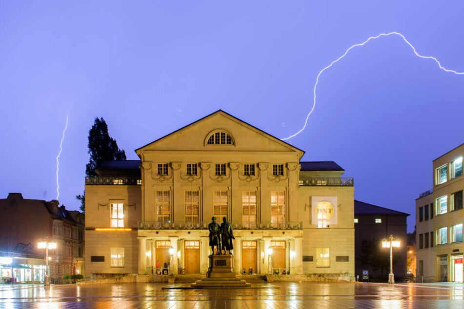 Ein Gewitter über dem Nationaltheater in Weimar.