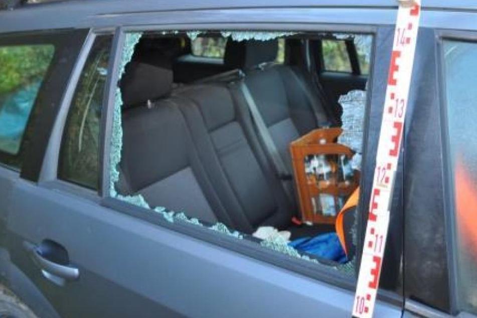 Von zwei Fahrzeugen wurden die hinteren Seitenscheiben eingeworfen und der Innenraum durchwühlt.
