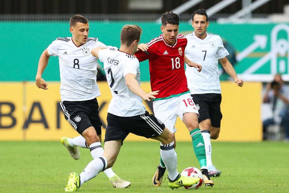Dominik Szoboszlai (Zweiter von rechts) hat bereits 29 Junioren- und vier A-Länderspiele absolviert. Hier wird er von den deutschen U21-Kickern Lukas Klünter (zweiter von links), Maximilian Eggestein (l.) und Levin Öztunali umzingelt.