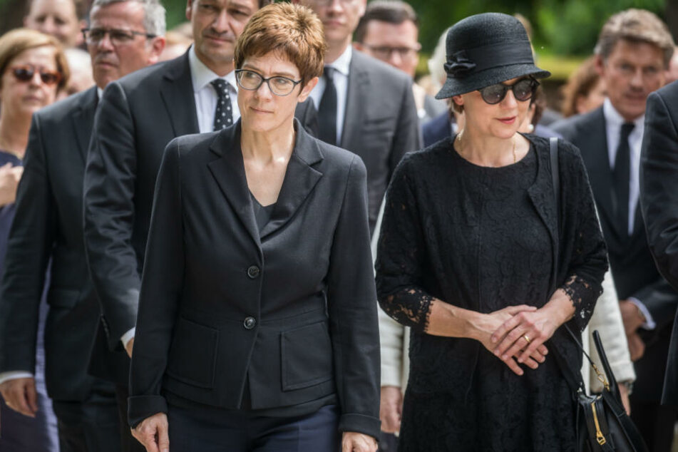 Bei der Gedenkveranstaltung sind Annegret Kramp-Karrenbauer (l), CDU-Generalsekretärin, und Kohls Witwe Maike Kohl-Richter (r) auf dem Weg zum Grab.