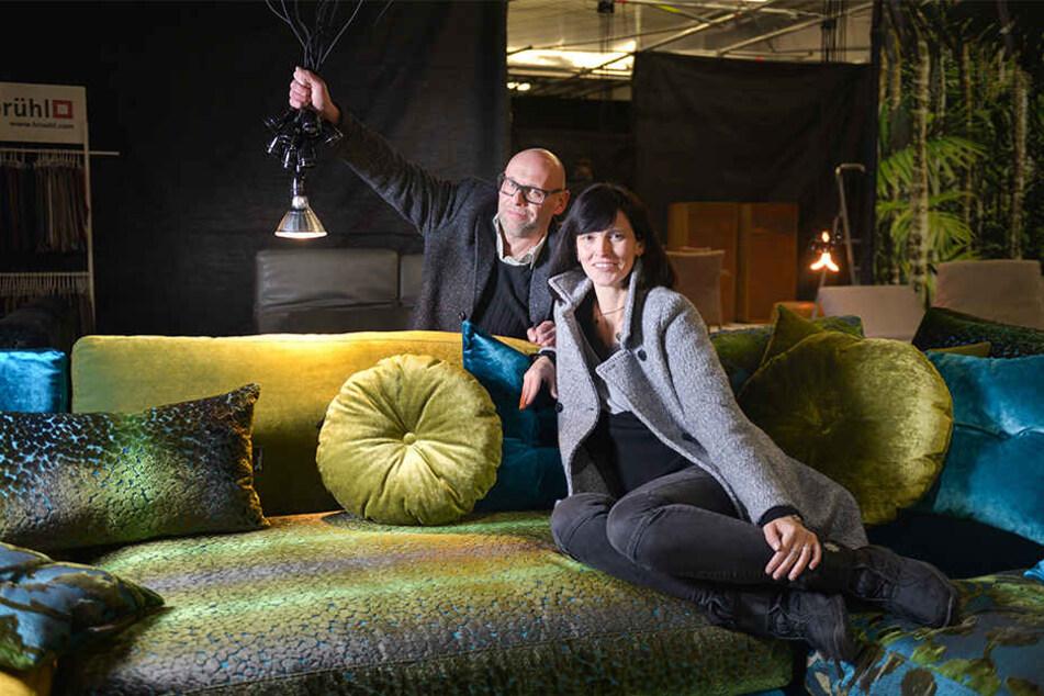 """Gerd Sperhacke (49) und Jana Schurzky (43) saßen schon mal auf einer Designer-Couch aus dem Dresdner Einrichtungshaus """"Vivere"""" Probe."""