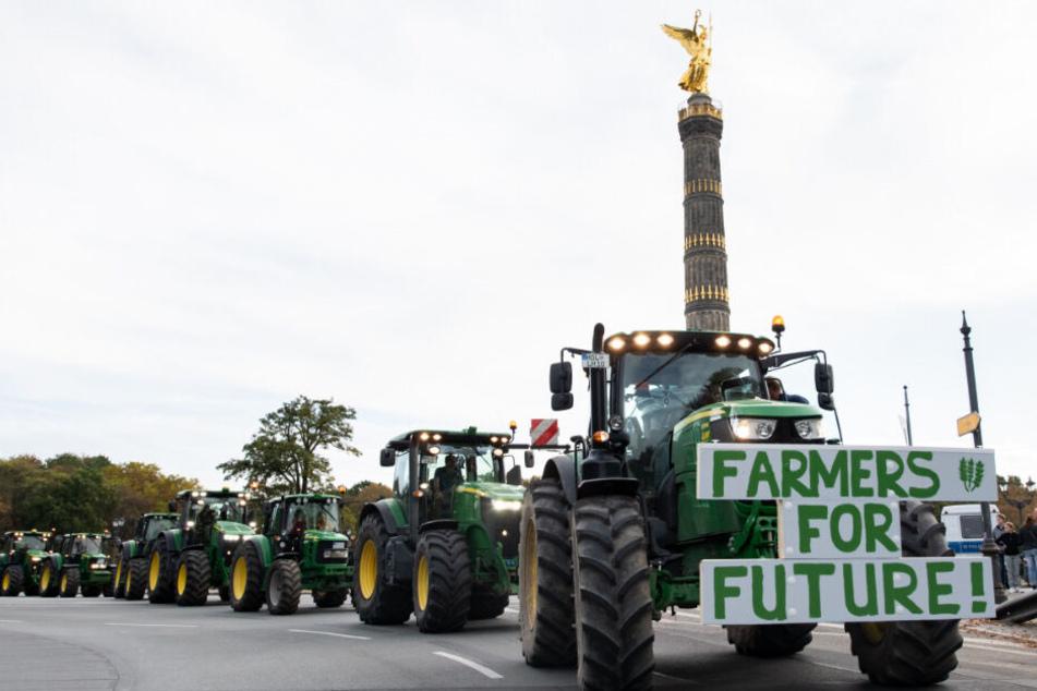 Bauern fahren im Rahmen der Protestaktion mit ihren Treckern um die Siegessäule.