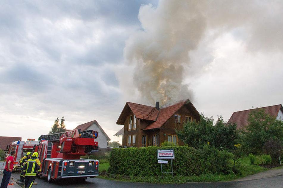 Nach dem Blitzeinschlag ging das Dach in Flammen auf.