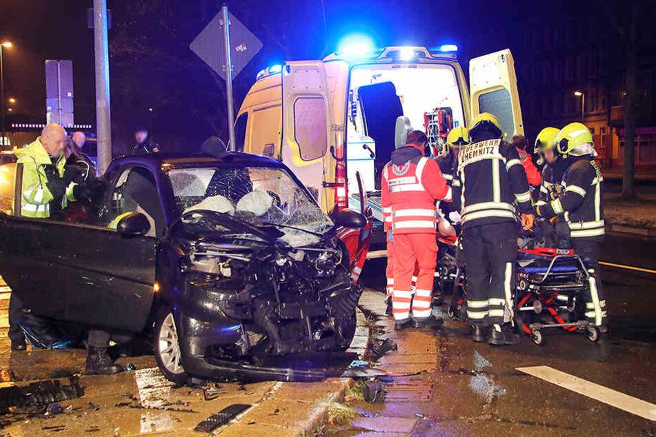 Der Fahrer wurde schwer verletzt von der Feuerwehr aus dem Smart geholt und ins Krankenhaus gebracht.