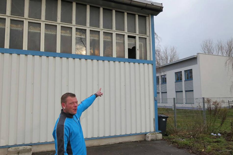 Hermes-Disponent Maik Vökler (38) zeigt auf das Oberlicht, das die Einbrecher als Einstieg nutzten.