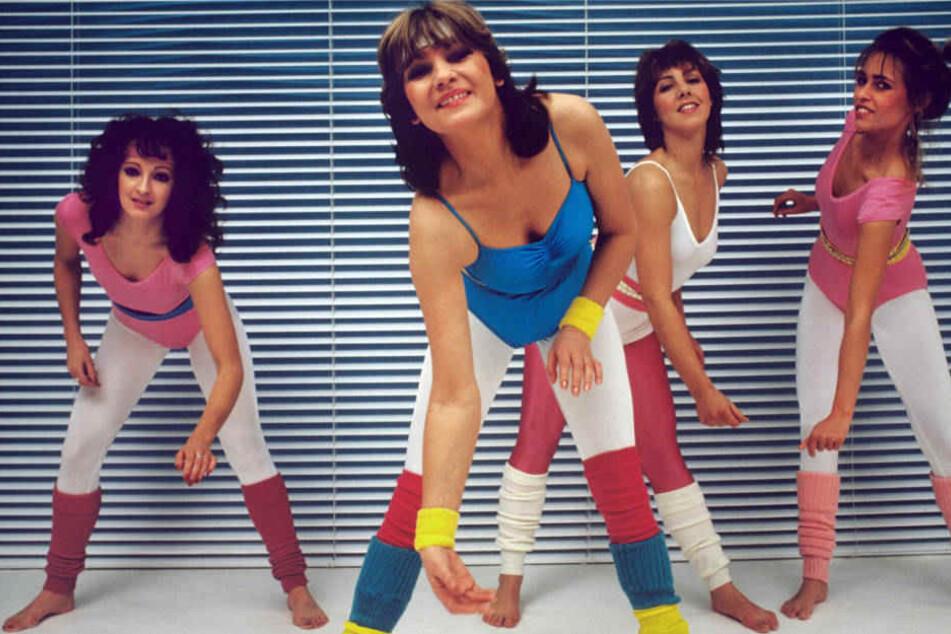 TV-Journalistin Barbara Dieckmann (vorn) führt im März 1983 in einem Fitness-Studio Aerobic-Übungen vor