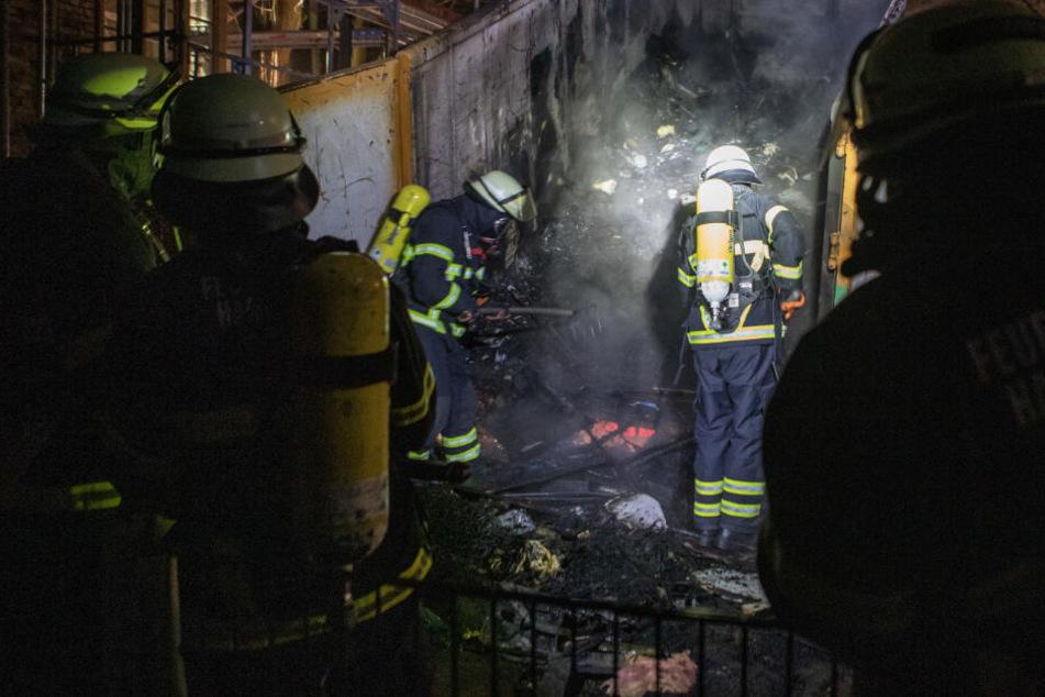 Die Feuerwehr bekämpft die letzten Glutnester im Container.