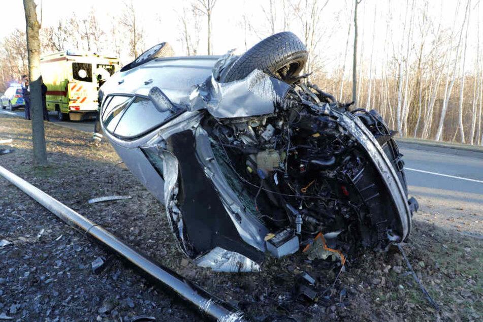 Der VW wurde bei dem Crash völlig zerstört.