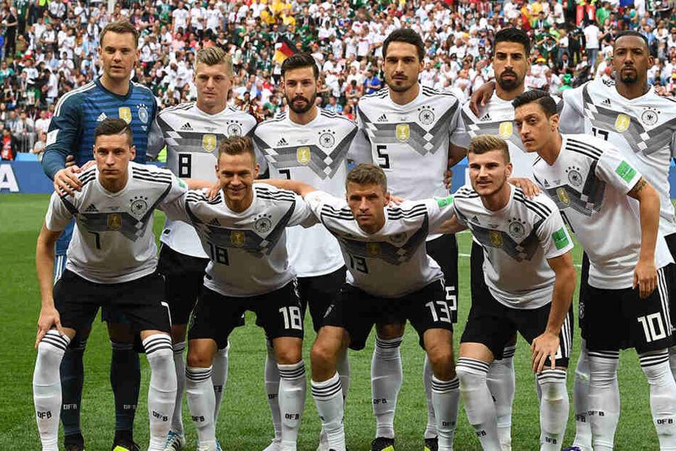Unsere Nationalmannschaft vorm Auftaktspiel gegen Mexiko. Mesut Özil steht vorn rechts.