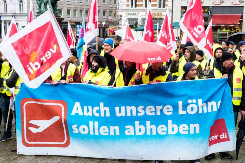 Die Streikenden demonstrieren in Hamburg für höhere Löhne.