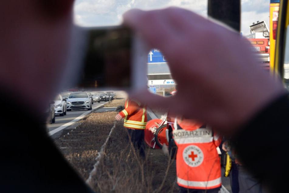 Ein Mann filmte Rettungskräfte bei ihrer Arbeit und muss nun mit einem Strafverfahren rechnen. (Symbolbild)