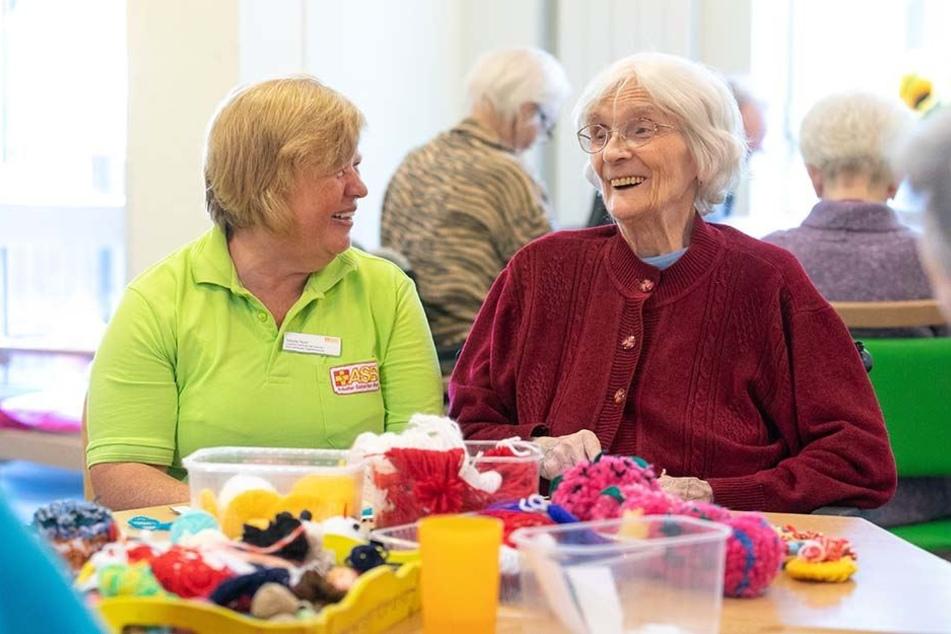 """""""Mein größter Lohn ist ihre Freude und Dankbarkeit"""": Sibylle Roch (58) betreut demenzkranke Heimbewohner wie Dorotea Brückner (89) auf der gerontopsychiatrischen Tagespflege-Station."""