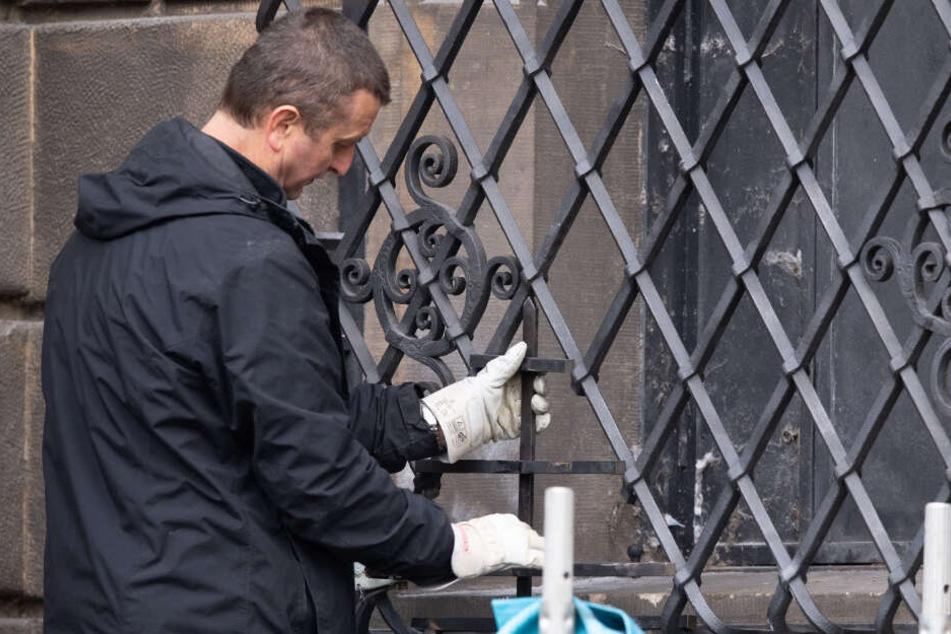 Das Gitter am Fenster zum Grünen Gewölbe hat die Polizei mittlerweile wieder geschlossen.