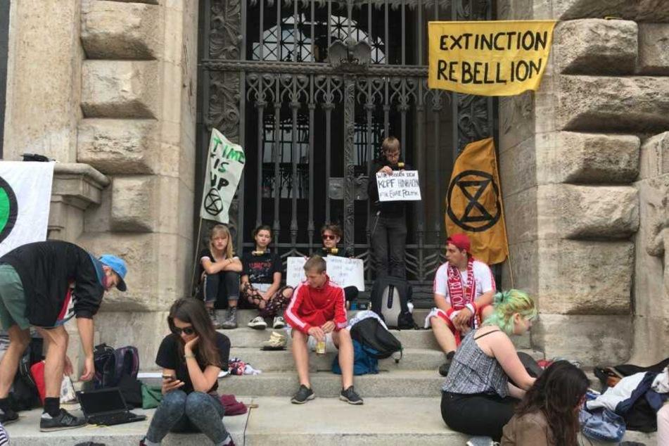 Einige Jugendliche haben sich vor dem Rathaus versammelt.
