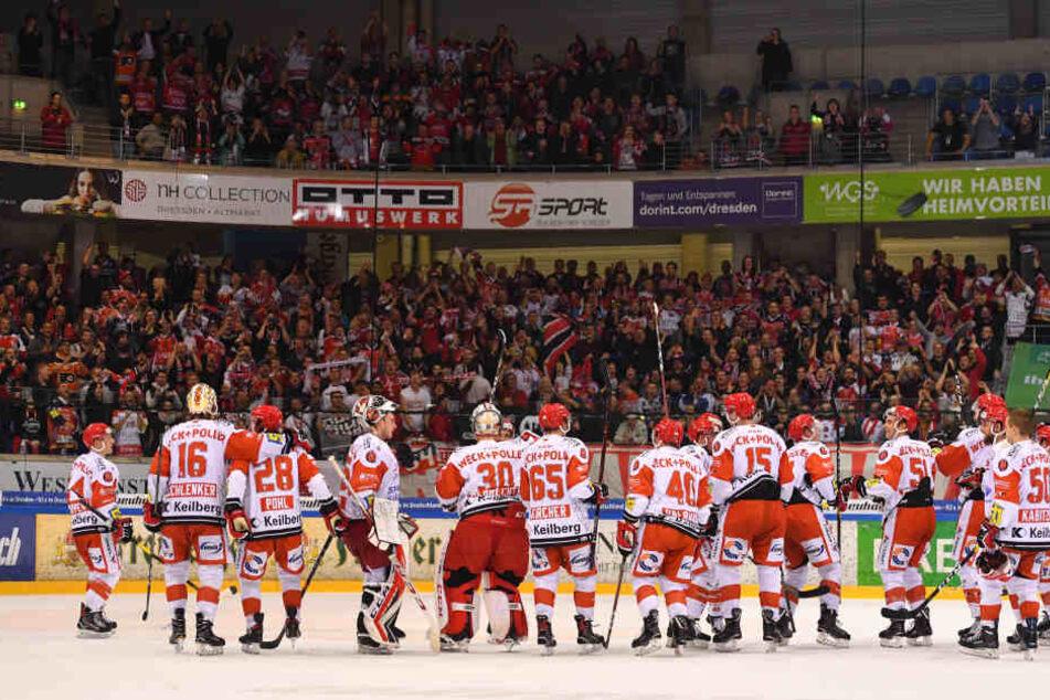 Nach dem Sieg bedankten sich die Eispiraten bei ihren mitgereisten Fans für die tolle Unterstützung.