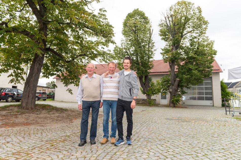 """Die """"amtierenden"""" drei Generationen vor den alten Linden: Christian (83), Gerd (56) und Lukas (23) Hörnig."""