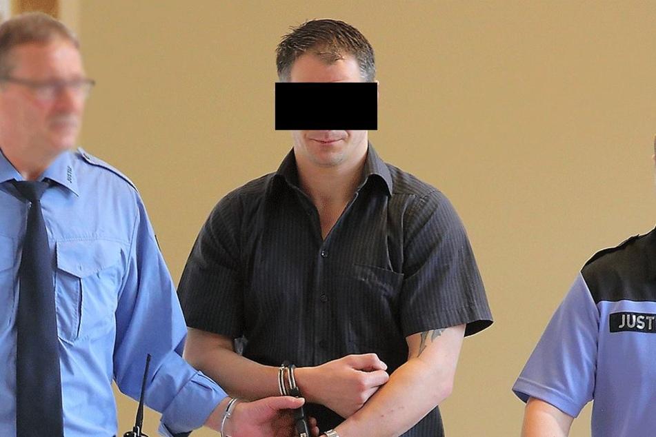 Der Waschsalon-Dauereinbrecher wurde in Handschellen ins Gericht geführt.