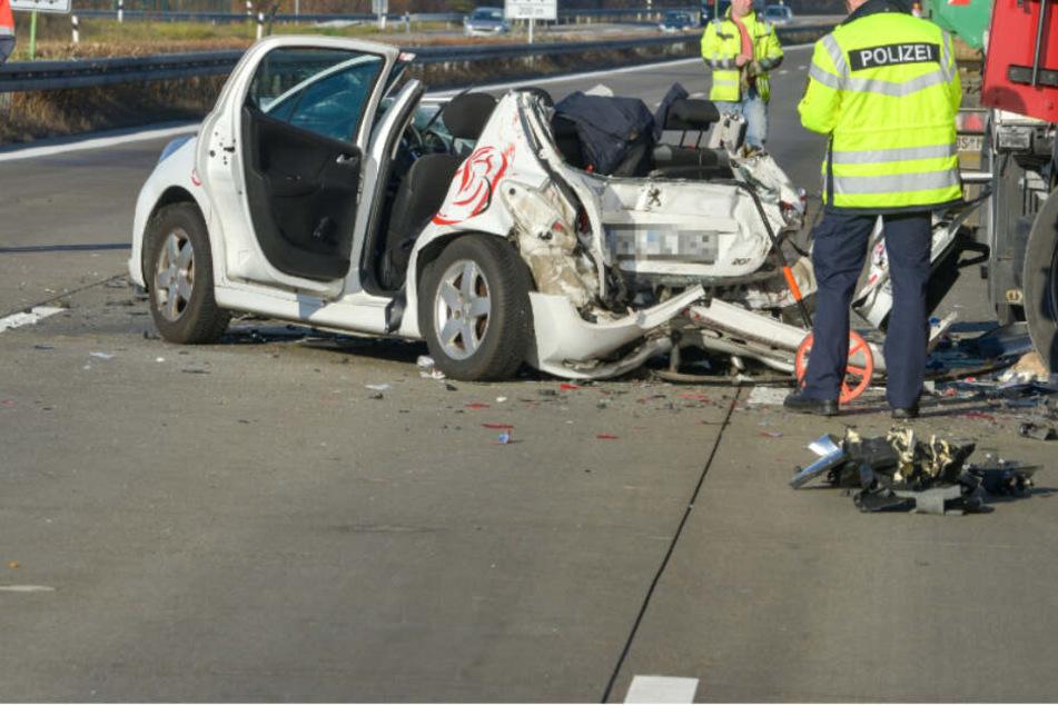 Peugeot bei Horror-Unfall auf A9 zwischen zwei Brummis eingequetscht