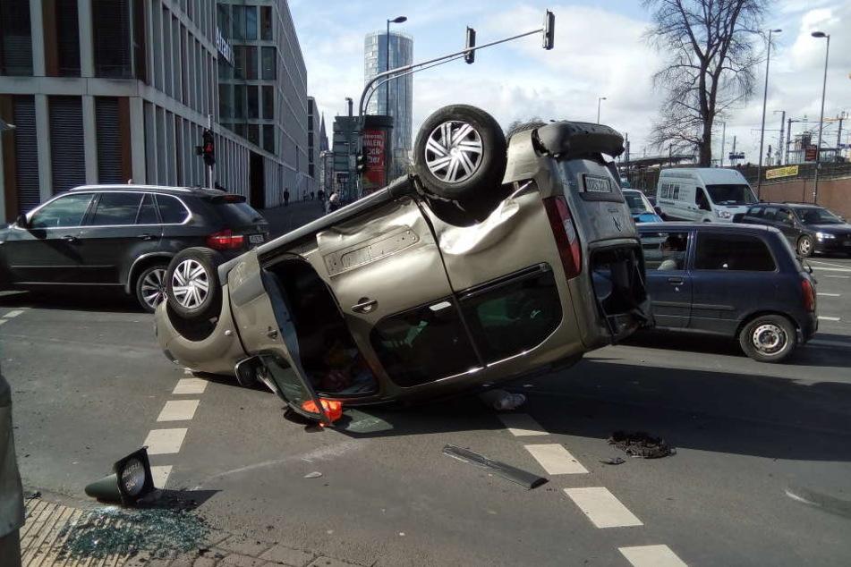 Das Auto hatte sich in Köln-Deutz überschlagen.