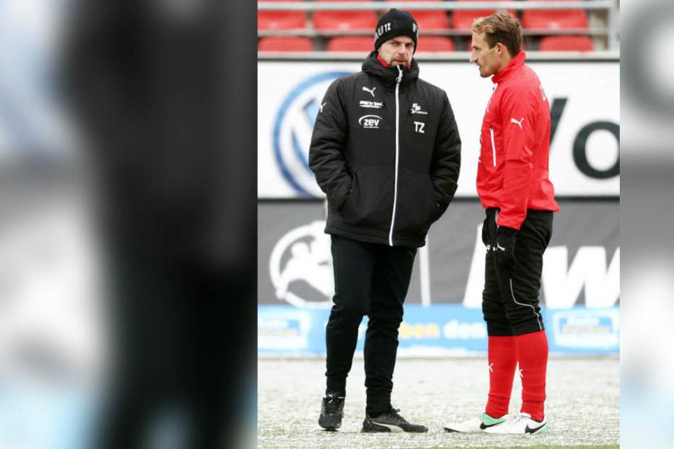 Auch Toni Wachsmuth (r., im Gespräch mit Coach Torsten Ziegner) hat keine Stammplatzgarantie.