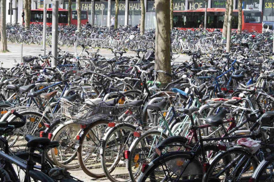 Überfüllt und kein Dach: Viele Radstellplätze sind in Deutschland mangelhaft ausgestattet.