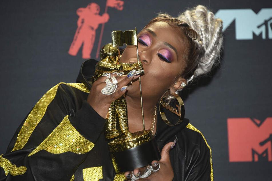 """Missy Elliott (48) küsst bei der Verleihung der MTV Video Music Awards im Prudential Center den """"Video Vanguard Award""""."""