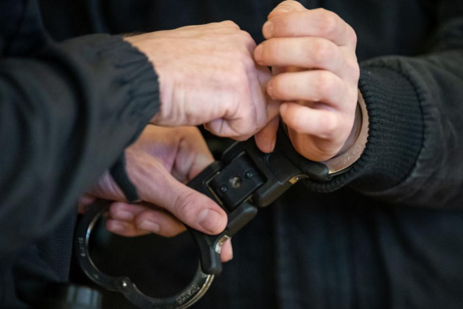 Dem Angeklagten werden beim Betreten des Gerichtssaales die Handschellen abgenommen.