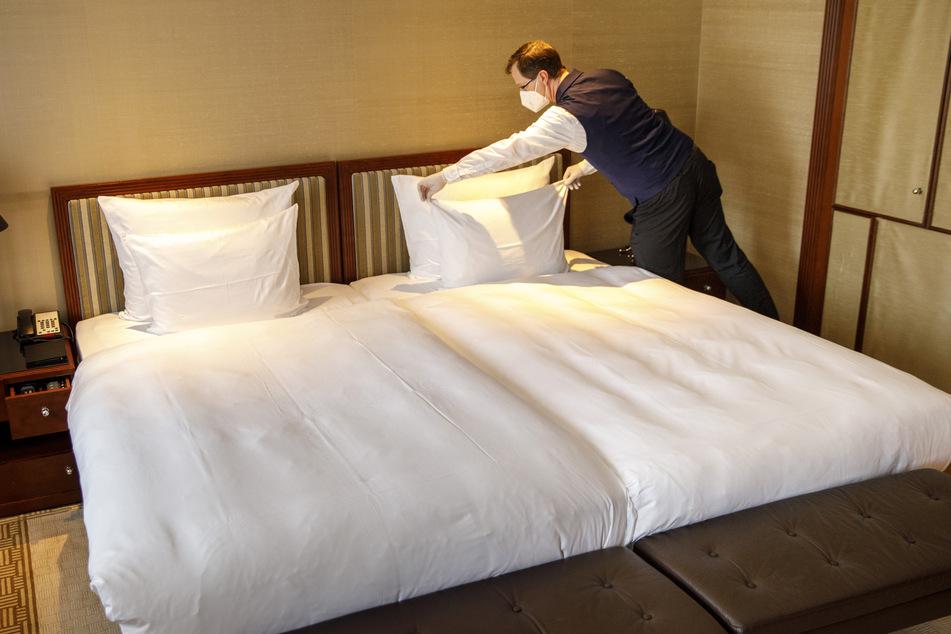 Ein Hotelzimmer wird frisch bezogen. (Symbolbild)