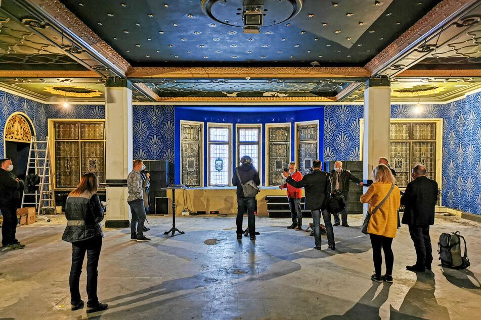 Im Blauen Salon wurden bei Umbauarbeiten elf Glasfenster hinter einer Trockenbauwand entdeckt.