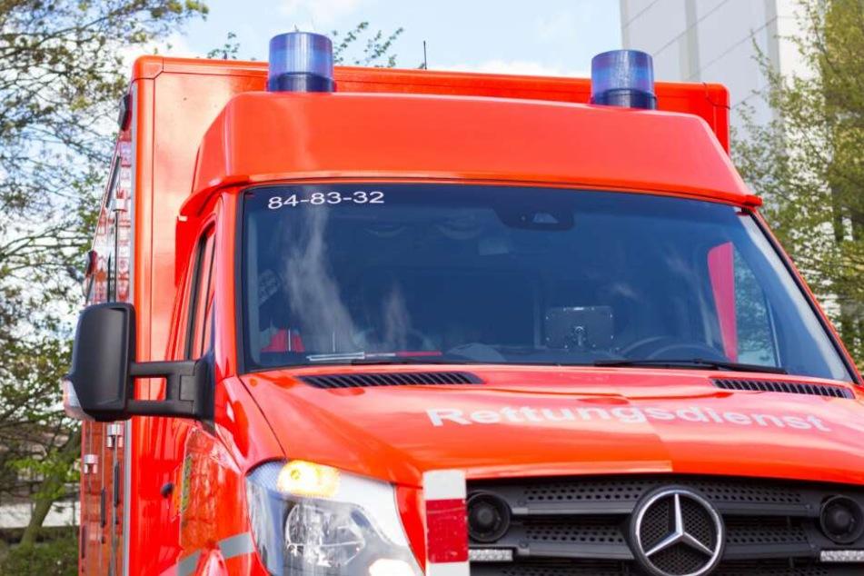 Mit einem Rettungswagen wurde der kleine Junge in eine Spezialklinik nach Hannover gefahren. (Symbolbild)