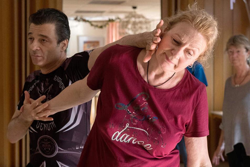 Die Senioren lernen, wie sie sich aus Notsituationen befreien können.