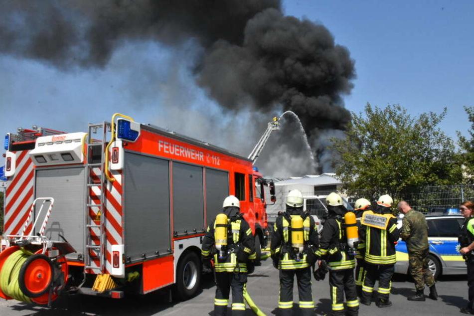 Mit Hilfe einer Drehleiter versuchte die Kölner Feuerwehr den Brand von oben zu löschen.