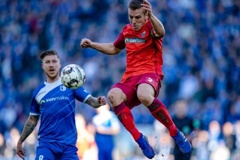 Mit einem Volley hob Uwe Hünemeier den Ball ins Magdeburger Netz.